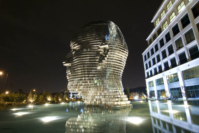 Скульптура фонтан Metalmorphosis