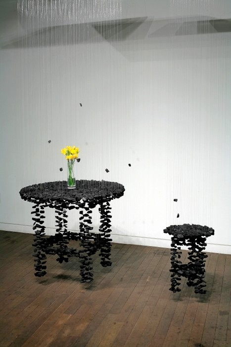 http://art-veranda.ru/wp-content/uploads/2012/09/Levitirujuwie-installjacii-iz-drevesnogo-uglja-4.jpg