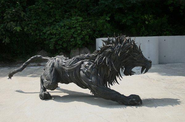 Скульптура из шин - король зверей
