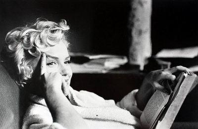 Мэрилин Монро с книгой