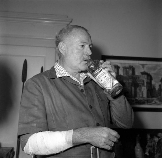 Великий и могучий писатель Эрнест  Хемингуэй (1954)