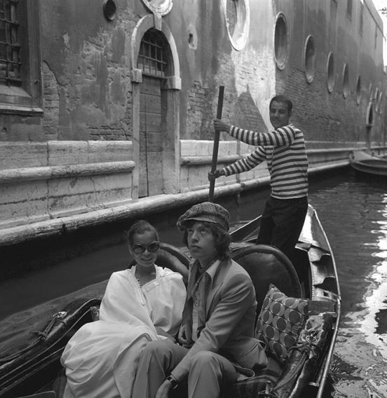 Молодые люди, плывующие в гондоле