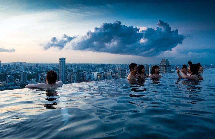 Бассейн на крыше отеля, Сингапур.