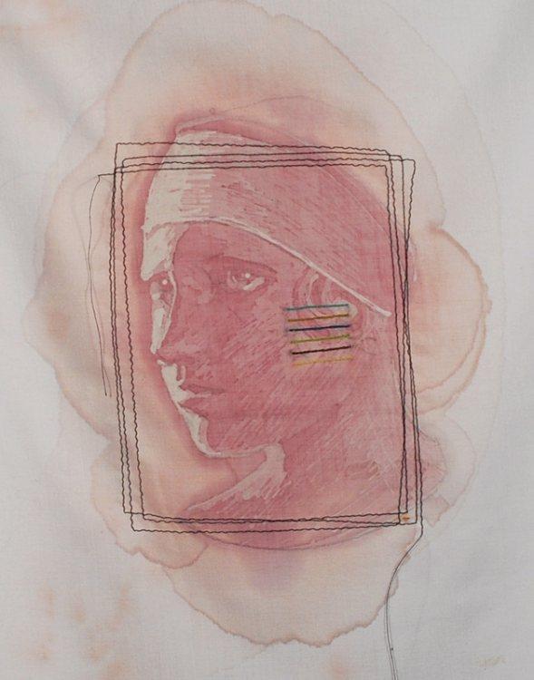 Художница, используя уникальную технику в живописи, рисует портреты вином.