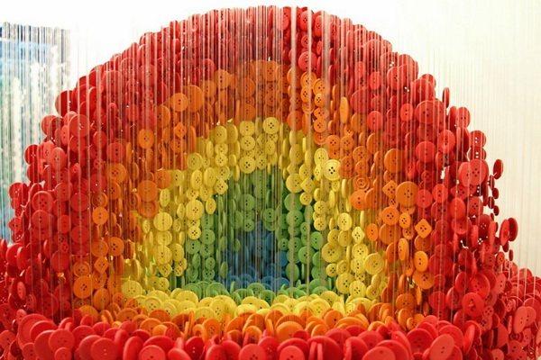 Шар из разноцветных пуговиц (вблизи)
