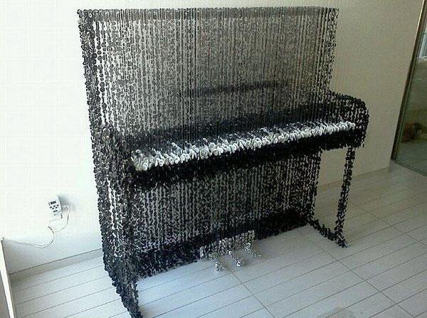 Upright Piano (пианино из пуговиц) - самая известная работа художника Augusto Esquivel