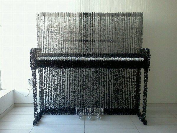 Пианино из пуговиц, вес - более 20 кг, количество пуговиц - 30 тысяч, 2 месяца работы