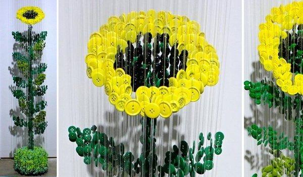 Цветок из пуговиц, работа Augusto Esquivel