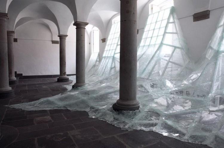 Битое стекло в инсталляции Aerial, художник Baptiste Debombourg