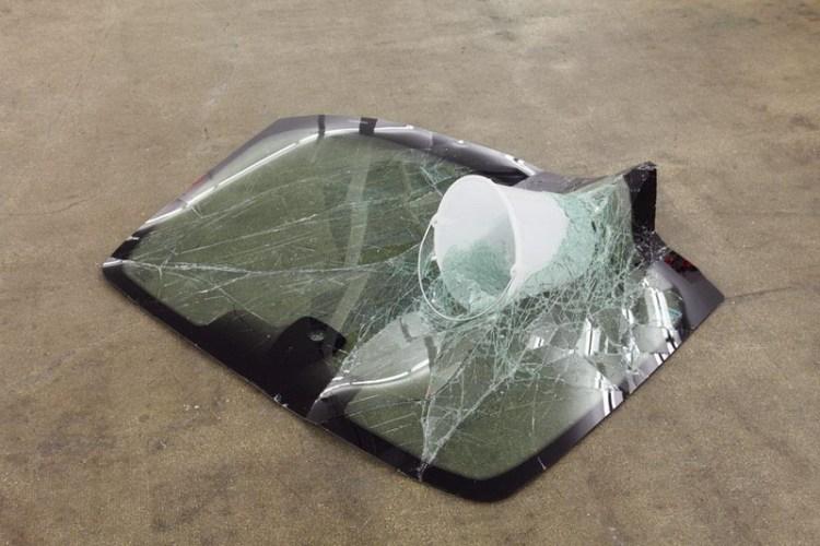 Инсталляция из битого стекла Bucket Crash, художник Baptiste Debombourg