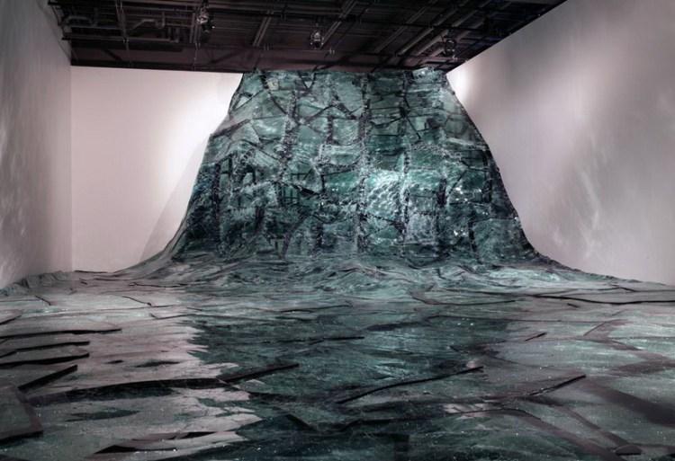 Инсталляция Flow из битого стекла, художник Baptiste Debombourg