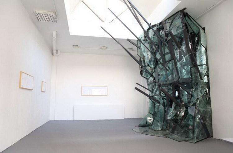 Битое стекло в инсталляции Volte Face, художник Baptiste Debombourg