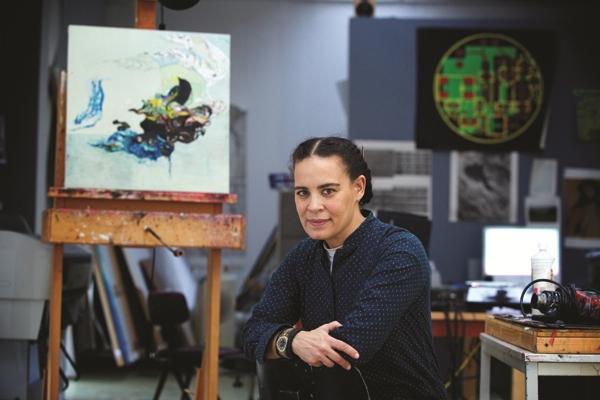 Американская художница в персональной студии